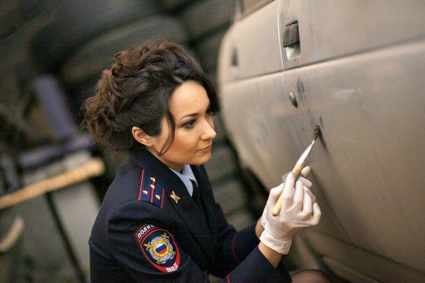 Изображение женщины криминалиста