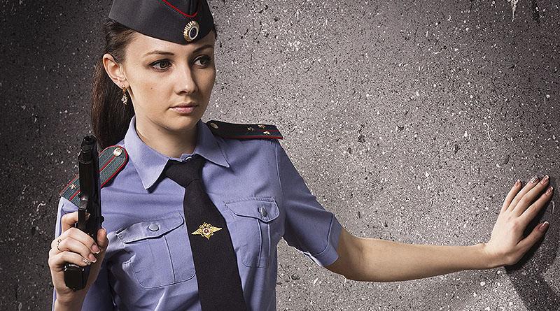 Изображение девушки полицейского