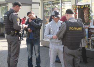 Полицейский возле магазина