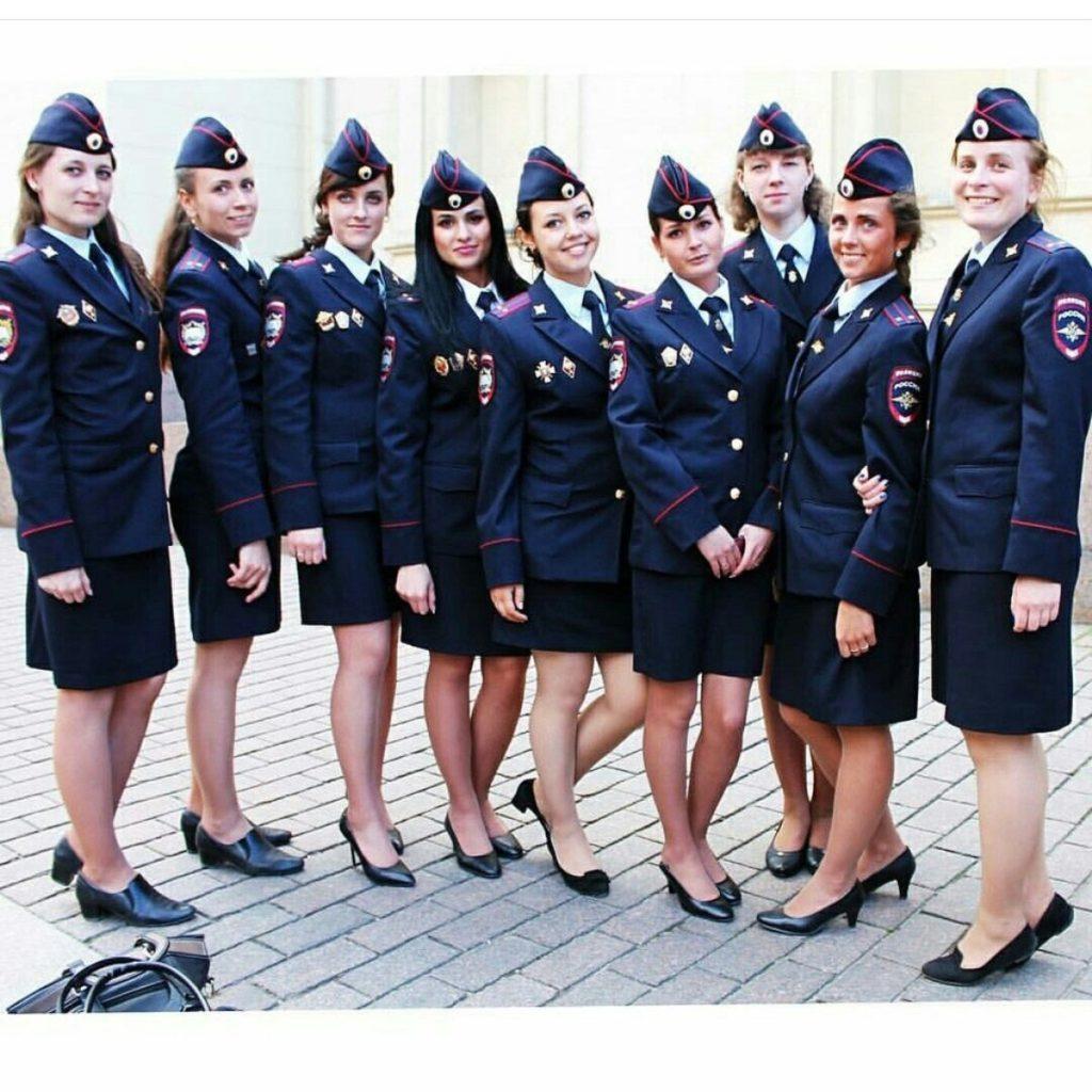 Изображение девушек, служащих в полиции